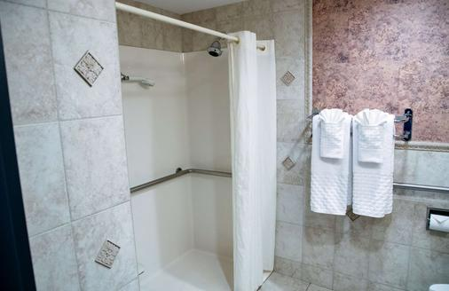 Best Western On The Avenue - Buffalo - Bathroom