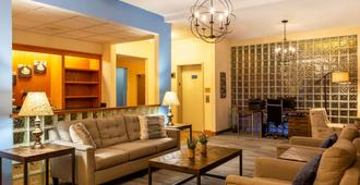 Days Inn & Suites by Wyndham Madison - Madison - Sala de estar