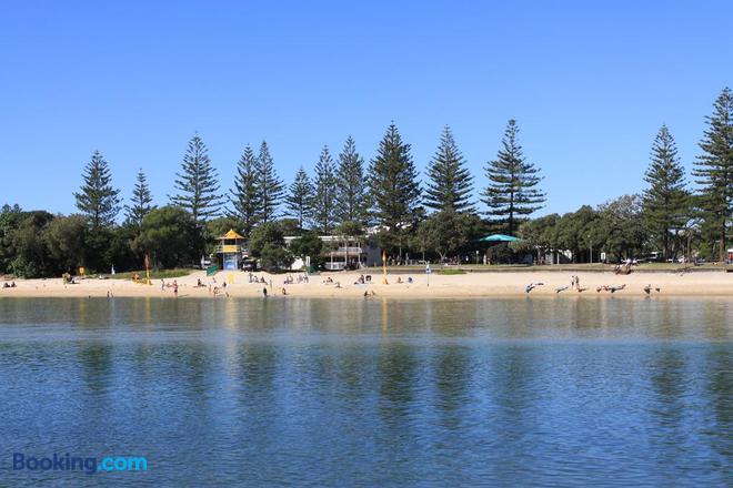 Koala Cove Holiday Apartments - Burleigh Heads - Beach