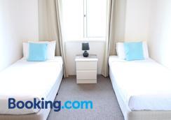 Koala Cove Holiday Apartments - Burleigh Heads - Bedroom