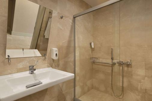 Ramada Plaza by Wyndham Antalya - Antalya - Bathroom