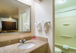 Econo Lodge - South Holland - Bathroom