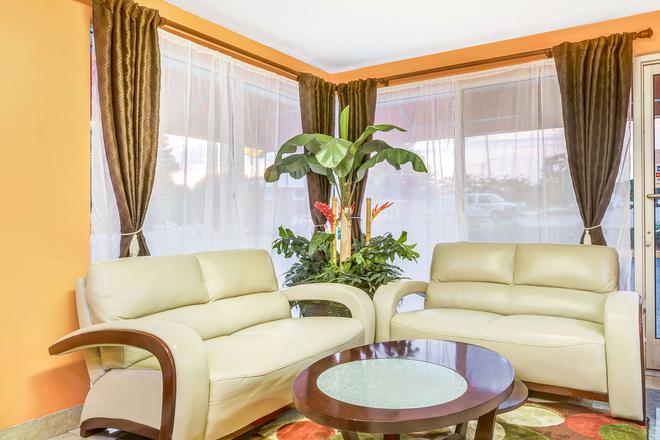 Super 8 by Wyndham Raleigh - Raleigh - Living room