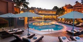 Whispering Palms Beach Resort - Candolim - Piscina