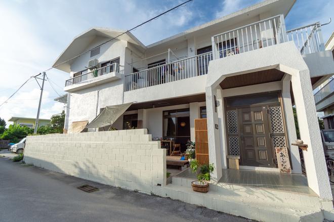 Guest House Asibina - Hostel - Ishigaki - Building