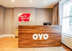 OYO 皇家公園酒店 - 倫敦 - 櫃檯