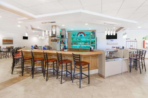 Ramada by Wyndham Grayling Hotel & Conference Center - Grayling - Bar