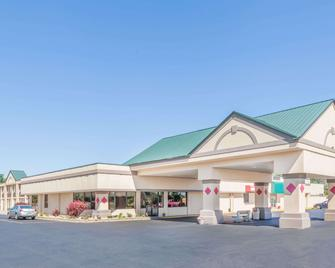 Ramada by Wyndham Grayling Hotel & Conference Center - Grayling - Gebouw