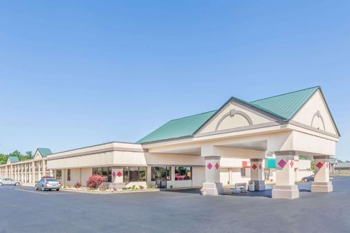 Ramada by Wyndham Grayling Hotel & Conference Center - Grayling - Gebäude