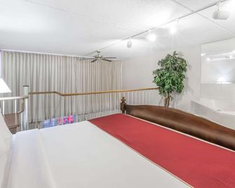 Ramada Hotel & Conference Center by Wyndham Grayling - Grayling - Slaapkamer