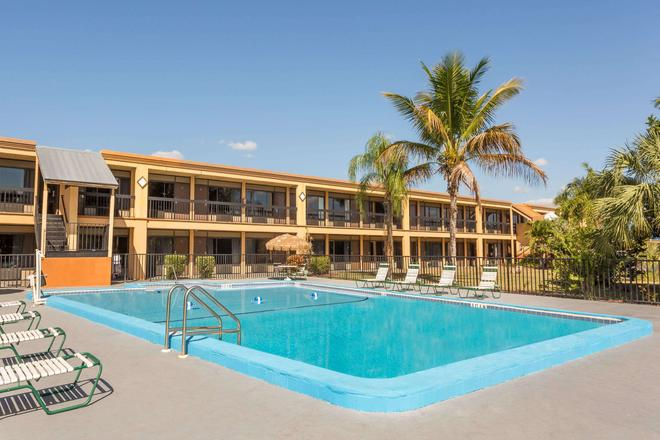 Travelodge by Wyndham Fort Myers North - North Fort Myers - Pool