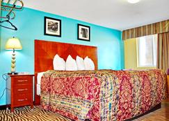 Flagship Inn And Suites - Groton - Schlafzimmer