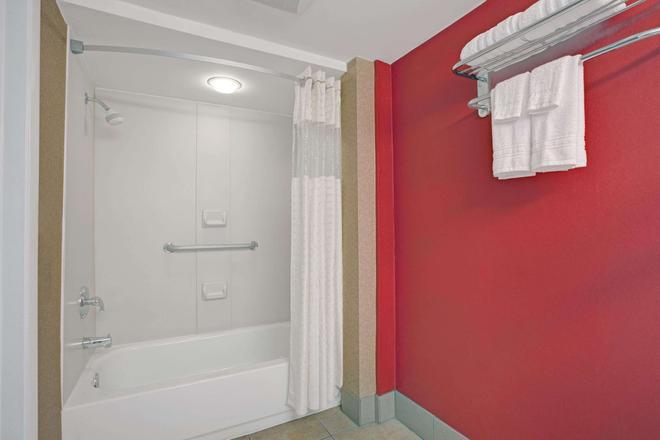 Days Inn by Wyndham Ridgefield NJ - Ridgefield - Bathroom