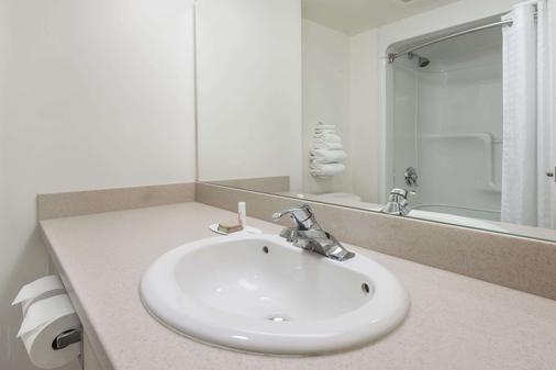 Super 8 by Wyndham Mississauga - Mississauga - Bathroom