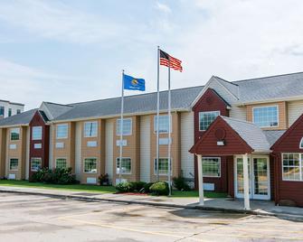 Days Inn & Suites by Wyndham Pryor - Pryor - Building