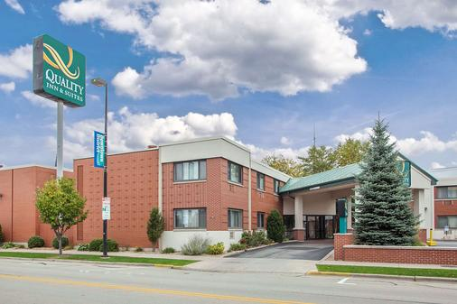 Quality Inn & Suites Downtown - Green Bay - Building