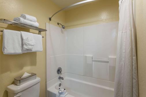 Days Inn & Suites by Wyndham East Flagstaff - Flagstaff - Bathroom
