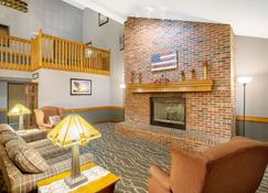 AmericInn by Wyndham Coralville - Coralville - Living room