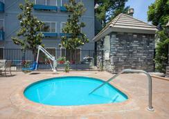 Azure Hotel & Suites, Trademark Collection by Wyndham - Ontario - Bể bơi