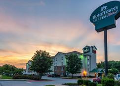 HomeTowne Studios & Suites by Red Roof Bentonville - Bentonville - Building