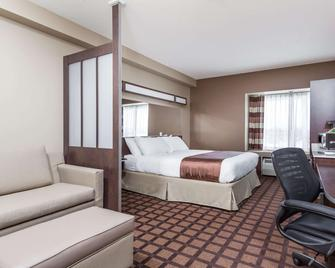 Microtel Inn & Suites by Wyndham Timmins - Timmins - Bedroom