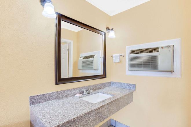 Knights Inn Paris - Paris - Bathroom