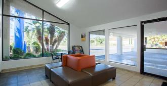 Motel 6 Kingman West - Kingman - Living room