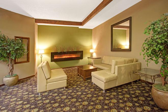 Super 8 by Wyndham Wheat Ridge/Denver West - Wheat Ridge - Living room