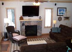 Private Retreat - Classic Knotty Pine Cabin! - Brainerd - Living room