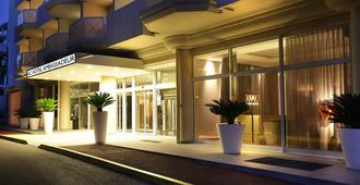 AC Hotel by Marriott Ambassadeur Antibes- Juan les Pins - Antibes - Building