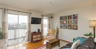 Downtown Riverfront Condo Conveniently Located Near Broadway Action !! - Nashville - Sala