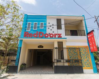 RedDoorz Syariah near Politeknik Negeri Madiun - Madiun - Building