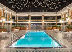 Holiday Inn & Suites Pittsfield-Berkshires, An IHG Hotel - Pittsfield - Piscine