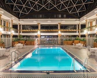 Holiday Inn & Suites Pittsfield-Berkshires, An IHG Hotel - Pittsfield - Piscina