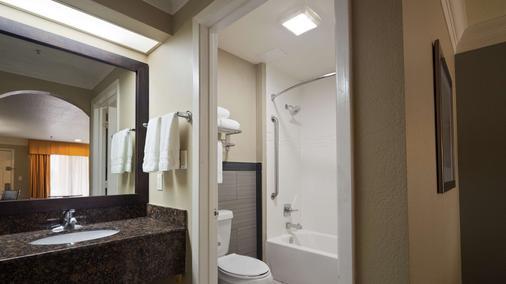 Best Western Angleton Inn - Angleton - Bathroom