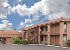 Howard Johnson Inn And Suites Saint George HWY I-15 Exit 6 - Saint George - Edifício