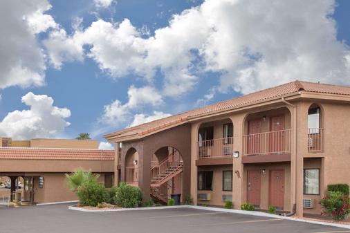 Howard Johnson Inn And Suites Saint George HWY I-15 Exit 6 - Saint George - Toà nhà