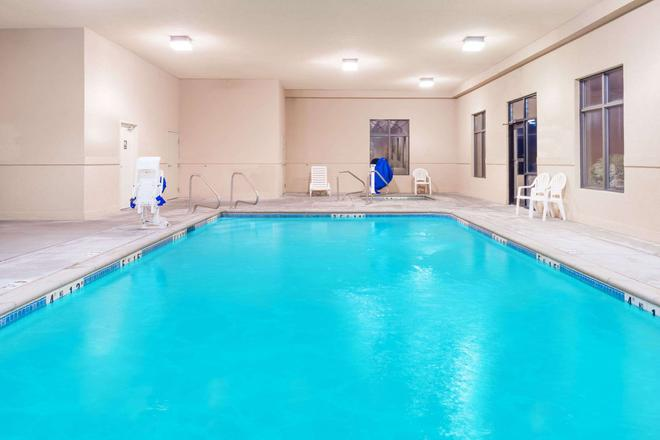 Super 8 by Wyndham Columbia East - Columbia - Pool