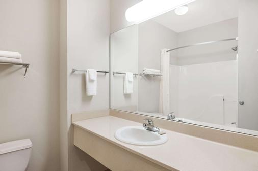 Super 8 by Wyndham Columbia East - Columbia - Bathroom