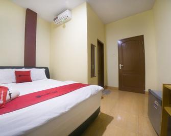 RedDoorz Near Tvri Gorontalo - Gorontalo - Bedroom