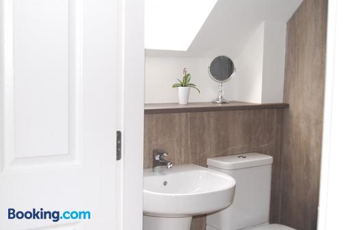 The Willows - Kirkhill - Bathroom