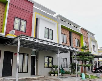 RedDoorz @ Galuh Mas - Karawang - Edificio