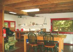 Wilderness Waterfront Cabin On The River --- Supremely Private And Off The Grid - Catskill - Comedor