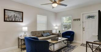Perfect Extended Stay Retreat In Ideal Tampa Location! - Tampa - Sala