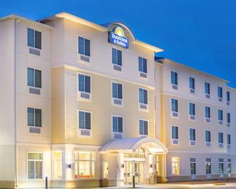 Days Inn & Suites by Wyndham Kearney - Кірні - Building