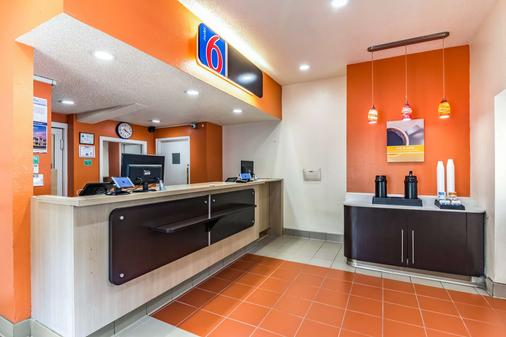 Motel 6 Raleigh Southwest - Cary - Raleigh - Front desk