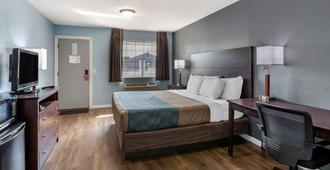 Econo Lodge Inn & Suites South - Sandusky - Bedroom
