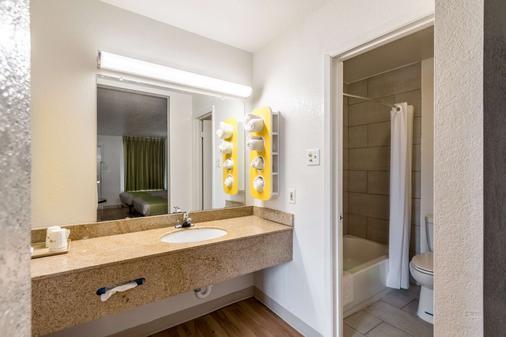 Studio 6 San Antonio Tx - San Antonio - Bathroom