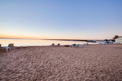 Super 8 by Wyndham Mackinaw City/Beachfront Area - Mackinaw City - Beach