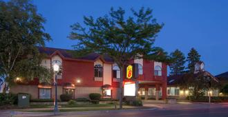 Super 8 by Wyndham Mackinaw City/Beachfront Area - Mackinaw City - Gebäude